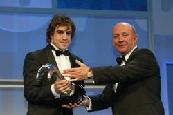 Fernando Alonso recibe el Gregor Grant Award de manos de Nigel Roebuck