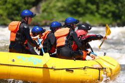 Die Red-Bull-Fahrer beim Wildwasser-Rafting
