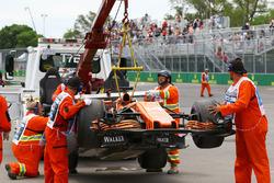 La voiture de Fernando Alonso, McLaren MCL32, prise en charge par les commissaires