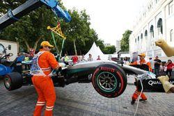 Unfall: Der Mercedes AMG F1 W07 Hybrid von Lewis Hamilton, Mercedes AMG F1 wird abtransportiert