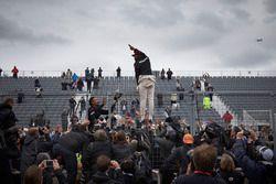 Le vainqueur Lewis Hamilton, Mercedes AMG F1 fête la victoire avec les fans