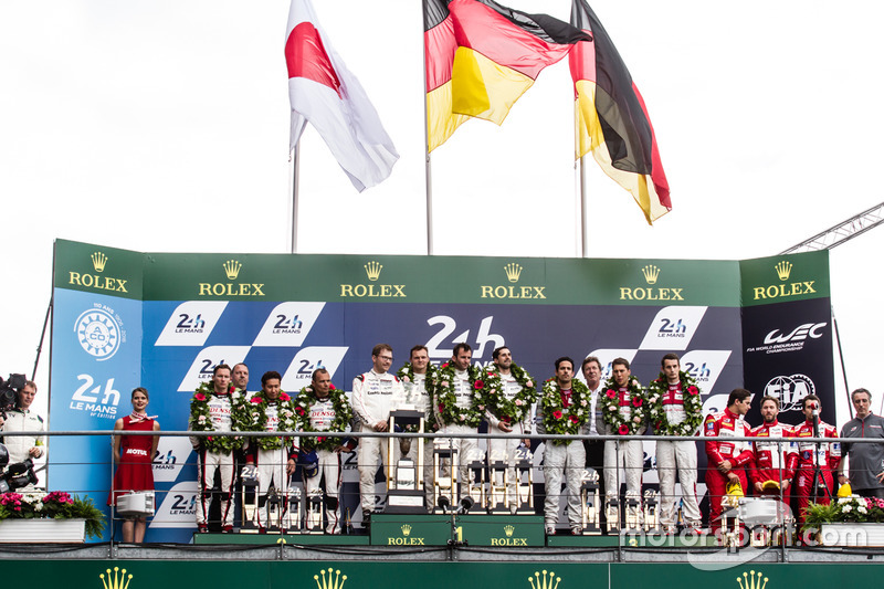 LMP1 Podio: clase y los ganadores de la general #2 Porsche Team Porsche 919 Hybrid: Romain Dumas, Neel Jani, Marc Lieb, segundo lugar #6 Toyota Racing Toyota TS050 Hybrid: Stéphane Sarrazin, Mike Conway, Kamui Kobayashi, tercer lugar #8 Audi Sport Team Joe