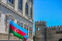 Die Fahne von Aserbaidschan in Kurve 11