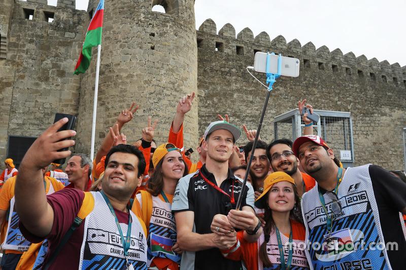 Nico Hulkenberg, Sahara Force India F1 con oficiales en el circuito