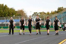 Nico Hulkenberg, Sahara Force India F1 camina por el circuito con el equipo
