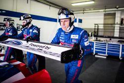 Un mécanicien de la #67 Ford Chip Ganassi Racing Team UK Ford GT