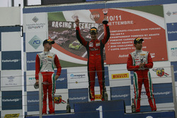 Podio carrera 1 novatos: segundo lugar Juri Vips, Prema Powerteam, ganador de la carrera Artem Petro