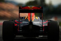 Daniel Ricciardo, Red Bull Racing RB12, in uscita dalla pit lane