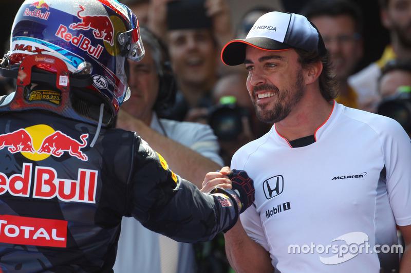 Ganador Max Verstappen, Red Bull Racing celebra en el parc ferme con Fernando Alonso, McLaren