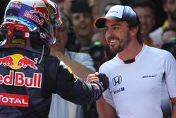 Winnaar Max Verstappen, Red Bull Racing viert in parc ferme met Fernando Alonso, McLaren
