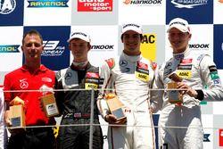المنصة: المركز الثاني كالوم إلوت، فان أميرسفورت ريسينغ، الفائز بالسباق لانس سترول، بريما، المركز الث