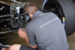Un membre de Jaguar Racing