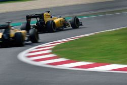 Jolyon Palmer, Renault Sport F1 Team RS16 devant son équipier Kevin Magnussen, Renault Sport F1 Team RS16