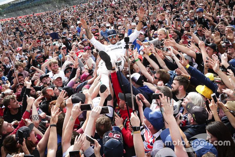 Льюис Хэмилтон, Mercedes AMG F1, и болельщики