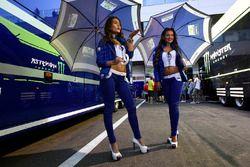 De charmantes gridgirls Yamaha