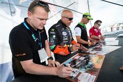 Gerard de Rooy, Tim Coronel en Erik van Loon delen handtekeningen uit
