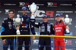 Podio: ganador de la carrera Mato Homola, Dusan Borkovic el segundo lugar, tercer lugar la instalación de la sesión de fotos de James Nash