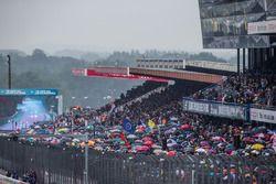 Fans bajo la lluvia