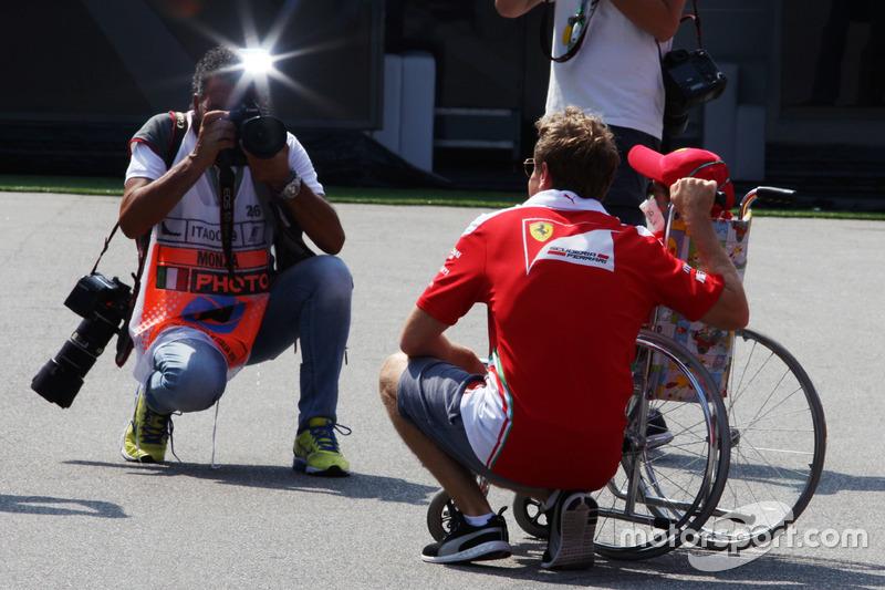 Sebastian Vettel, Ferrari genç bir taraftar ile