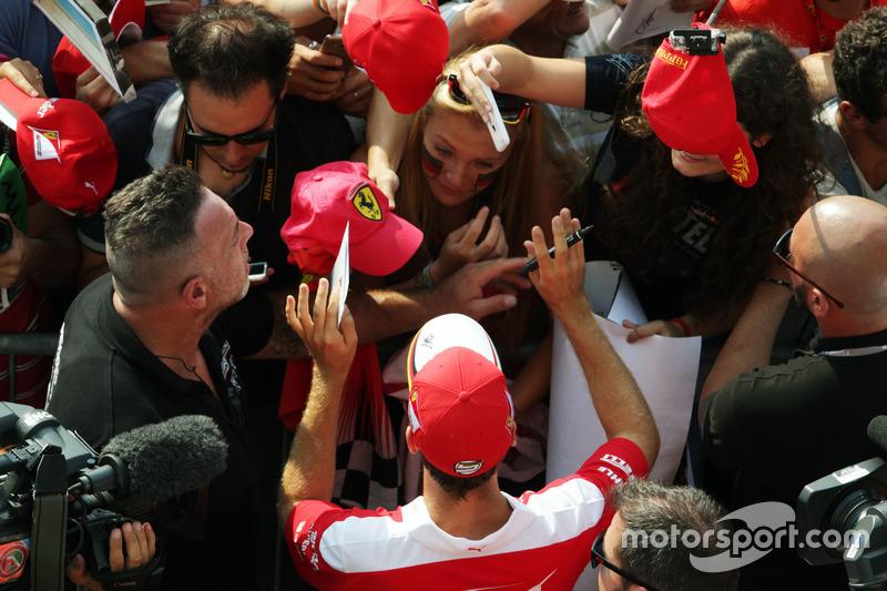 Sebastian Vettel, Ferrari imza dağıtıyor