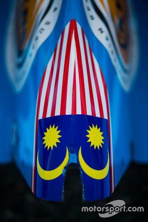 Spiegelbild der Flagge von Malaysia am Auto von Akash Nandy, Jenzer Motorsport
