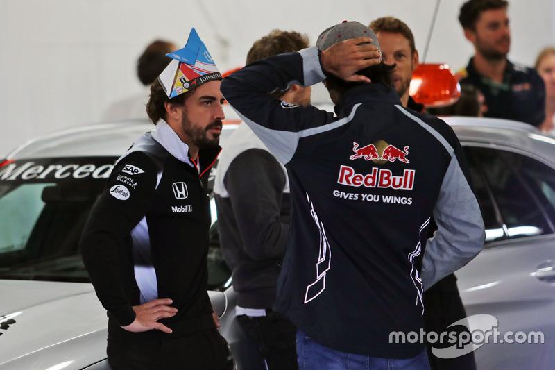 Fernando Alonso, McLaren con Carlos Sainz Jr., Scuderia Toro Rosso en el desfile de pilotos