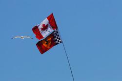 Des drapeaux du Canada et de Ferrari