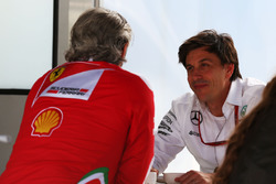 Maurizio Arrivabene, Team Principal Ferrari avec Toto Wolff, Directeur Exécutif de Mercedes AMG F1