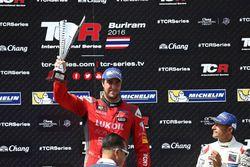 Podio: il vincitore Pepe Oriola, SEAT Leon, Team Craft-Bamboo LUKOIL, il terzo classificato Gianni M