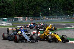 Sergio Pérez, Sahara Force India F1 VJM09 y Jolyon Palmer, Renault Sport F1 Team RS16 al comienzo de