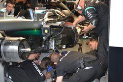 Des mécaniciens travaillent sur la Mercedes AMG F1 W07 Hybrid de Nico Rosberg