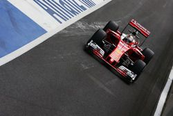 Sebastian Vettel, Ferrari SF16-H enlève un tear-off de son casque