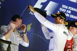 Ganador de la carrera Nico Rosberg, Mercedes AMG F1 que se celebra en el podio con Aldo Costa, Direc