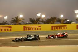 Lewis Hamilton, Mercedes AMG F1 Team W07 et Kimi Raikkonen, Ferrari SF16-H
