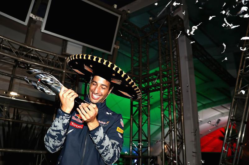 Daniel Ricciardo sonríe en su particular ceremonia de podio