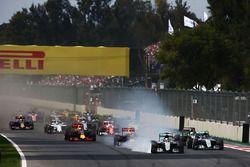 Lewis Hamilton, Mercedes AMG F1 W07 Hybrid bloque une roue au départ de la course