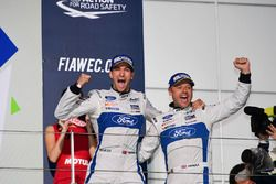 Podium LMGTE PRO: les vainqueurs #67 Ford Chip Ganassi Racing Team UK Ford GT: Andy Priaulx, Harry Tincknell