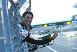 #6 Toyota Racing Toyota TS050 Hybrid: Stéphane Sarrazin, Mike Conway, Kamui Kobayashi sous le drapeau à damier