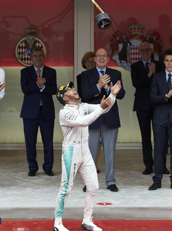 Le vainqueur Lewis Hamilton, Mercedes AMG F1 fête la victoire sur le podium