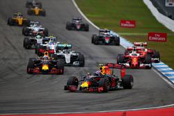 Daniel Ricciardo, Red Bull Racing RB12 en Max Verstappen, Red Bull Racing RB12, bij de start van de