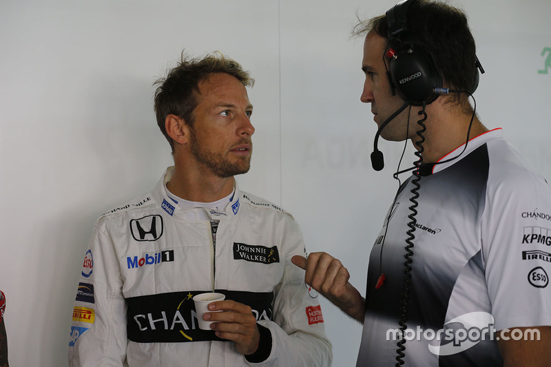 Jenson Button, McLaren, parla con l'ingegnere Tom Stallard