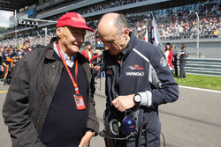Niki Lauda, Président Non-Exécutif de Mercedes avec Franz Tost, Team Principal de la Scuderia Toro Rosso sur la grille