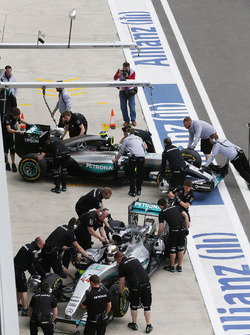 Lewis Hamilton, Mercedes AMG F1 Team W07 et Nico Rosberg, Mercedes AMG F1 Team W07 dans la voie des stands