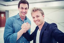 Nico Rosberg, Mercedes AMG F1 et Toto Wolff, directeur exécutif Mercedes AMG F1