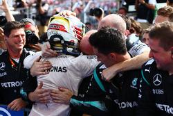 Primer lugar Lewis Hamilton, Mercedes AMG F1 W07 celebrates with the team