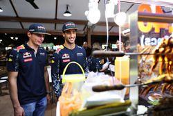 Max Verstappen, Red Bull Racing e Daniel Ricciardo, Red Bull Racing al Newton Food Centre