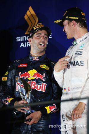 Segundo puesto Daniel Ricciardo, Red Bull Racing y Nico Rosberg, Mercedes AMG F1 en el podio del gan