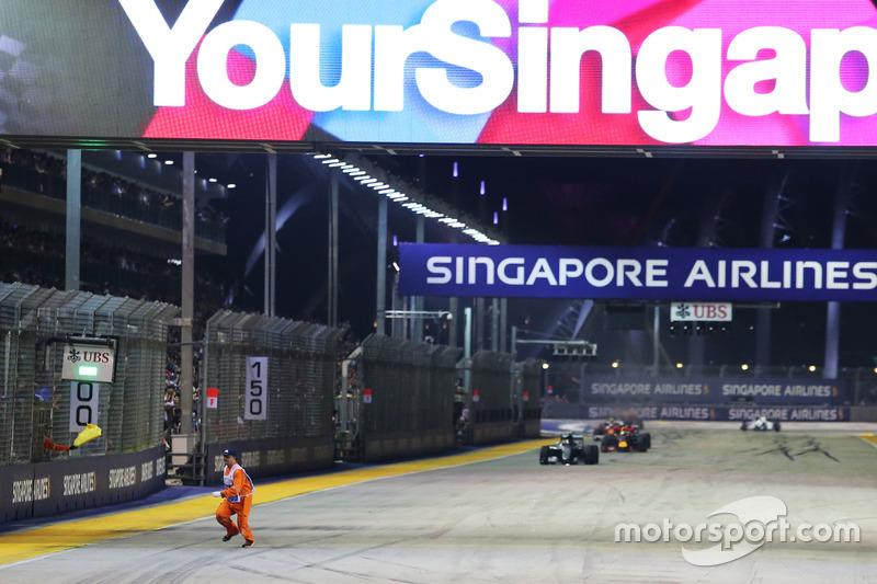 O GP de Singapura também conta com o inusitado. Além de lagartos, fiscais se viram no meio da pista com a corrida já reiniciada, na edição de 2016.