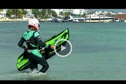 Nelson Piquet Jr. surfea en Cancún