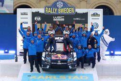 Les vainqueurs Sébastien Ogier, Julien Ingrassia, Volkswagen Motorsport, avec leur équipe